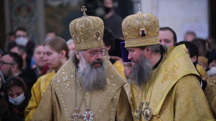 Литургия без масок: в Храме-на-Крови сотни верующих проводили старого архиепископа