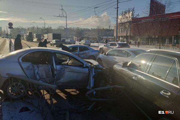 Место происшествия. Разбитые машины заблокировали две полосы