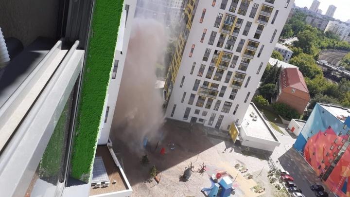 Во дворе жилого комплекса в Пионерском забил коммунальный фонтан: стекла выбило на трех этажах