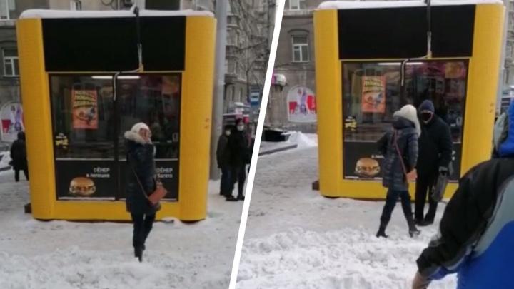 Дебоширка швырнула кирпич в витрину «Дяди Дёнера» на площади Калинина