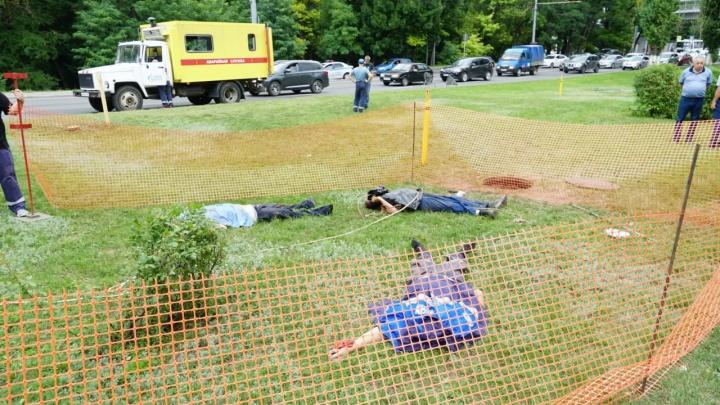 Три тела лежат посреди улицы в Ростове: причины смерти неясны, рядом машины аварийной службы