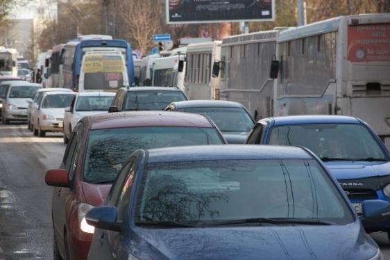 Водители встали в глухую пробку на Фадеева — на новой дороге даже в самоизоляцию с утра возникает затор