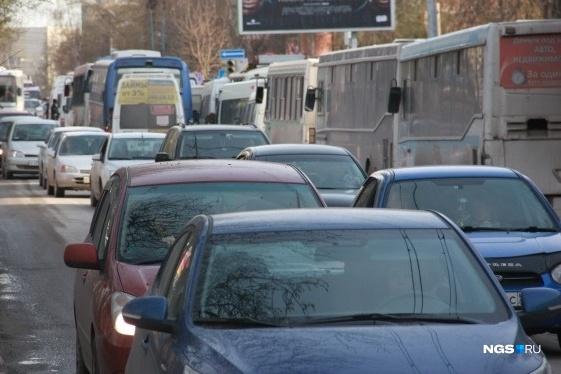 Утренние пробки постепенно снова становятся реальностью для новосибирцев. Заторы регулярно возникают не только на улице Фадеева, но и на площади Труда, Маркса и Большевистской