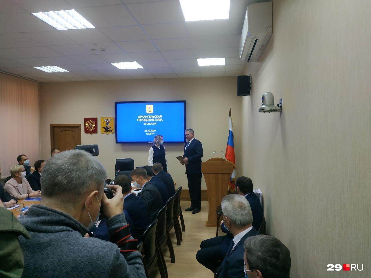 Присутствует и Игорь Годзиш, он пришел, чтобы передать свои полномочия новому главе