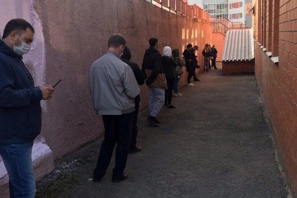 Очередь выходит за пределы клиники, люди вынуждены стоять по два часа и больше