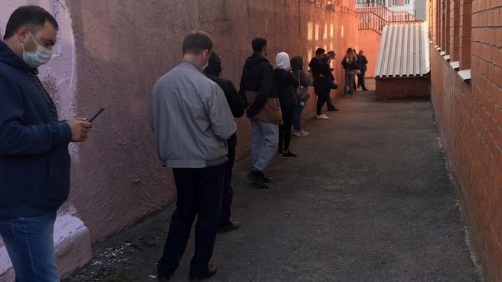 «Поток пациентов резко увеличился»: жители Садового жалуются на очереди в поликлинике на Макаренко