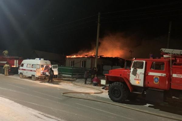 О пожаре сообщили очевидцы около 6 утра