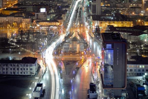 Город всё так же сияет, но людей на улицах значительно меньше