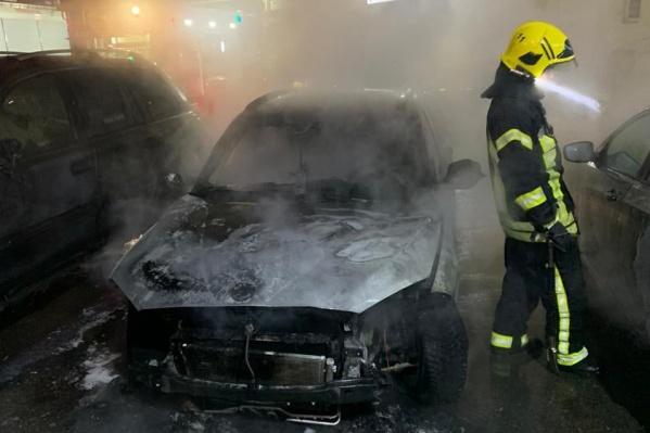 Машина сгорела во дворе дома на Северо-Западе Челябинска