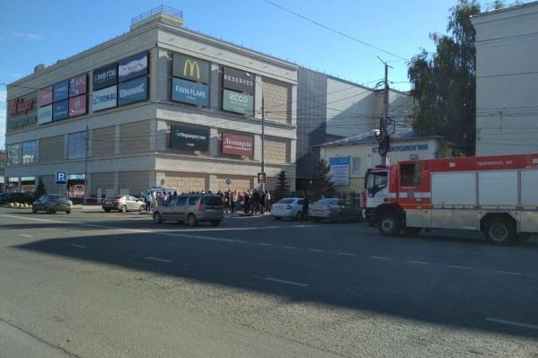 Сотрудников торгового центра «Аура» эвакуировали сегодня утром