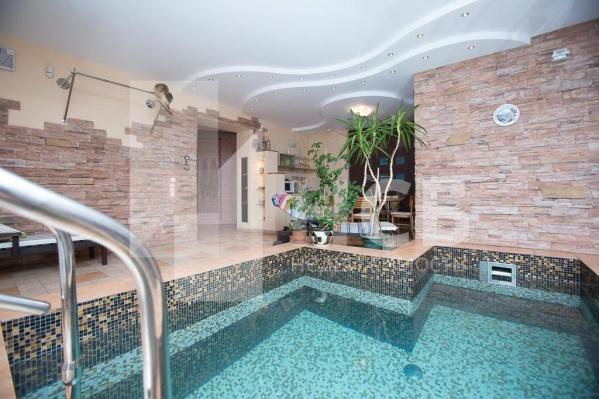 В доме есть собственный оазис — с пальмами и водоёмом