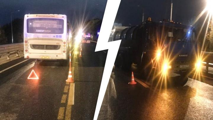 Водитель грузовика приехал вызволять коллегу и оказался зажатым между КАМАЗом и автобусом