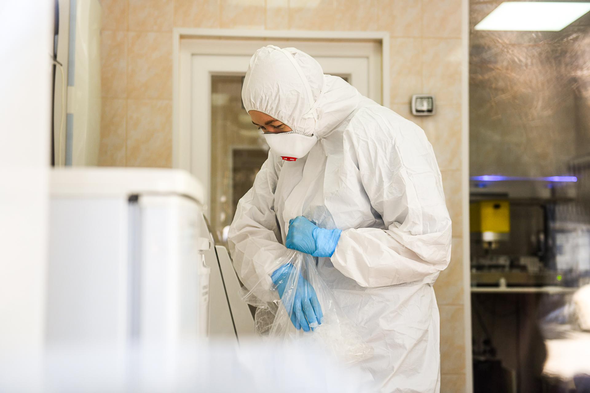 Специалисты Роспотребнадзора ежедневно проверяют сотни анализов на коронави