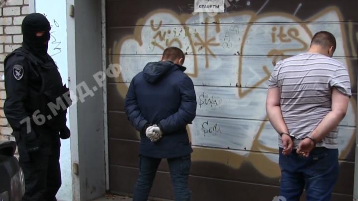 Размахивали перед девушкой ножом: в Ярославле офис микрозаймов ограбили на 3,5 миллиона. Видео
