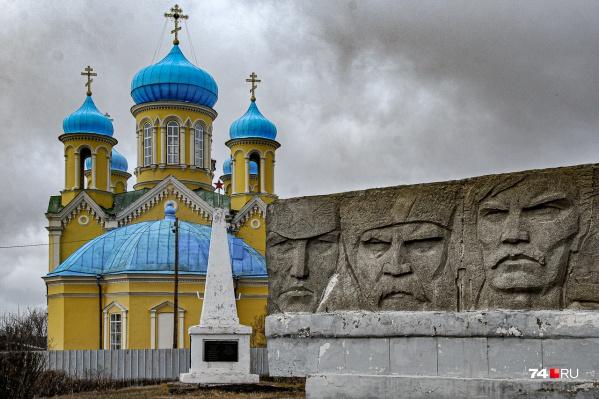 Церковь и обелиск советским воинам — частое сочетание в небольших уральских селениях. Даже не знаешь, кому молиться