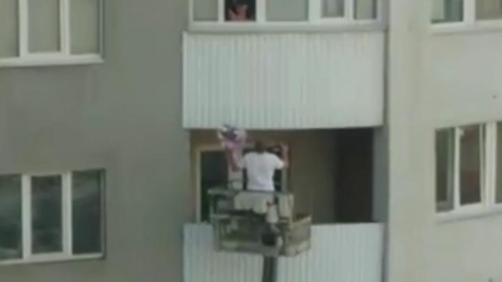 В Уфе парень поднялся к возлюбленной на автовышке на десятый этаж, чтобы подарить цветы