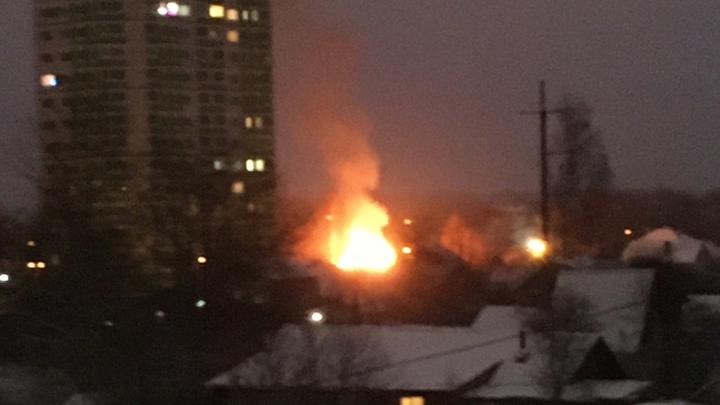 «Из дома хоть беги»: в Ярославле горит дом