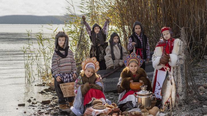 У Белого моря — в Новороссийске: на юге России молодая мама устроила детям поморский фотосет