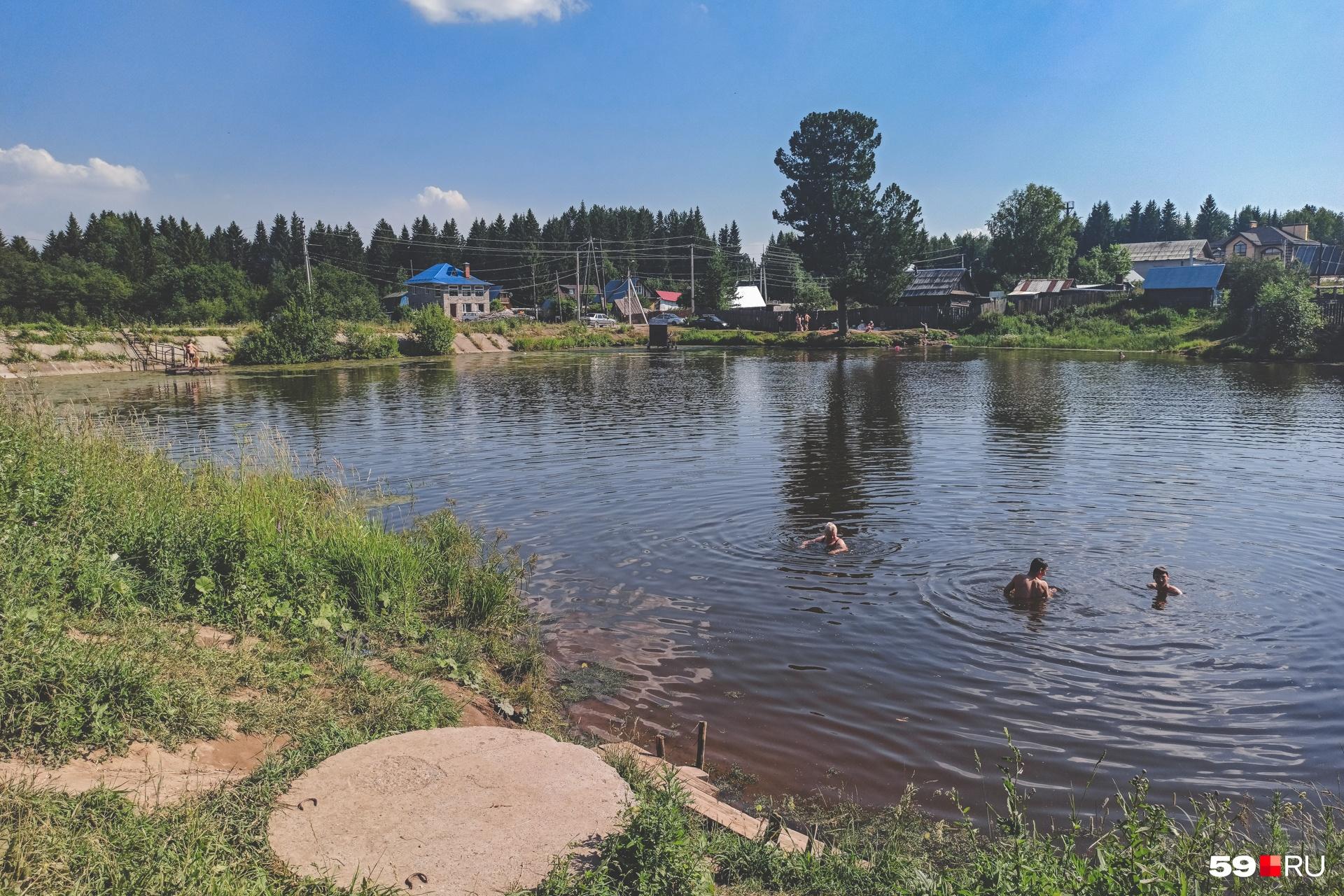 Вода в озере холодна вблизи родника. Если отплыть подальше, будет теплее