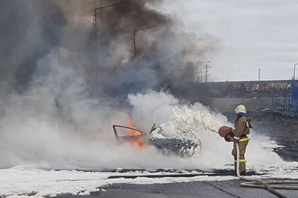 Автомобиль загорелся, наехав на разлитое топливо