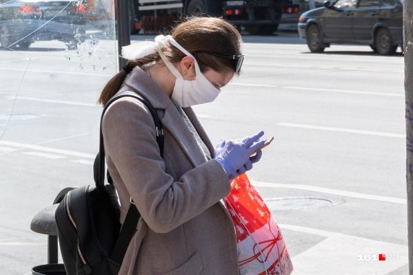 В городе не хватает масок — многие шьют их сами