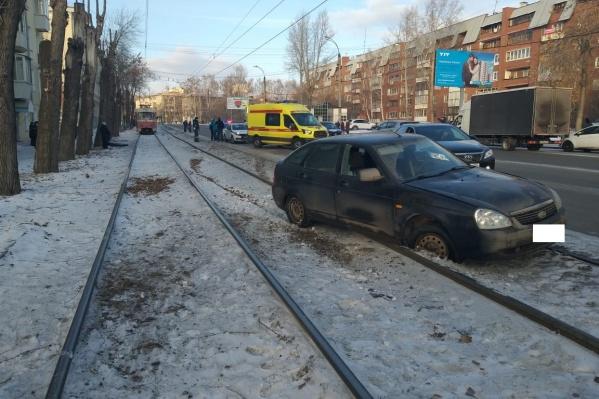 Неуправляемая Lada вылетела на трамвайные пути, где в это время стоял мужчина с ребенком