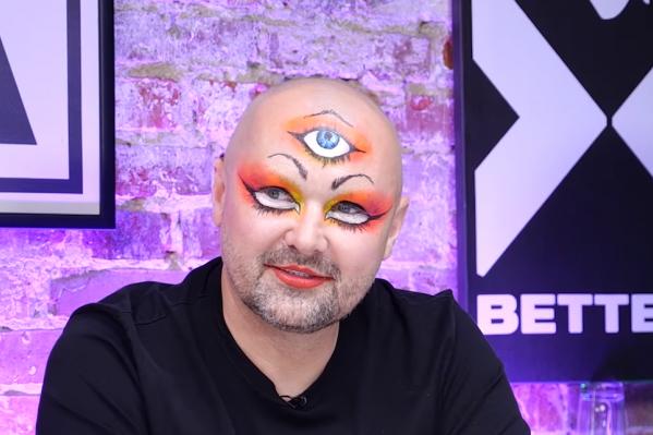 Свой макияж Александр Донской объяснил тем, что в этот же день снимает клип и заодно решил удивить ведущих