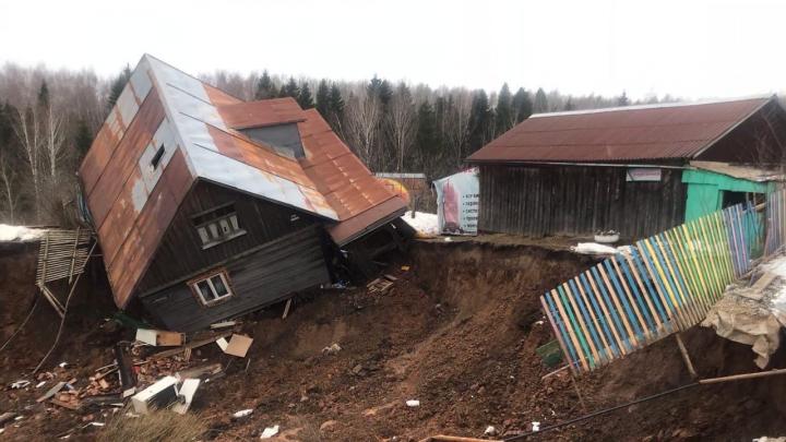 Под Березниками оползень снес дачи и жилые дома. Видео