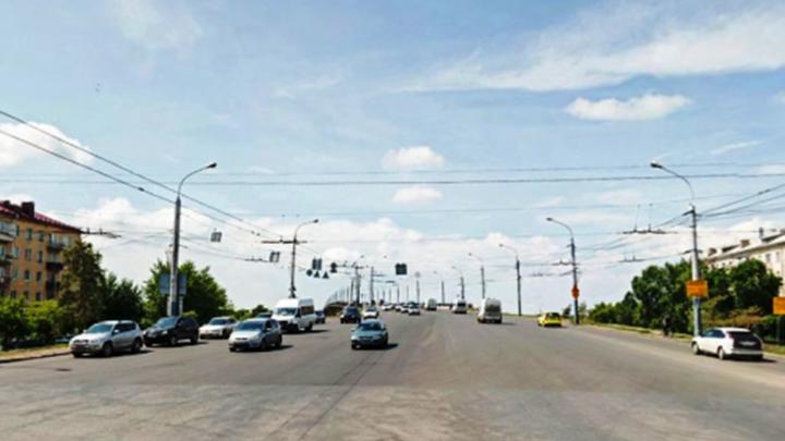 На Масленникова увеличили время работы светофора из-за ремонта Ленинградского моста