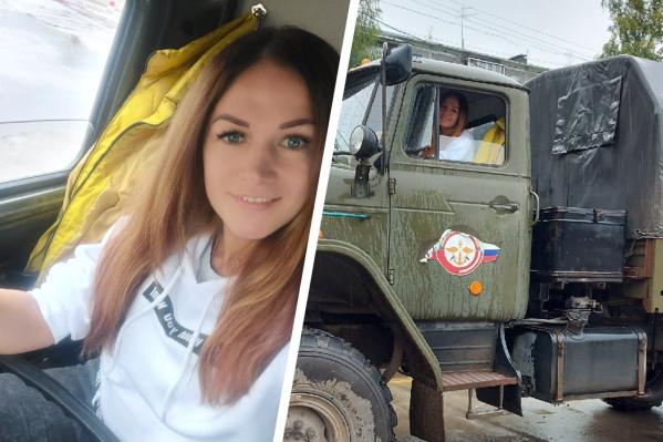 За рулем грузовика Светлана оказалась в начале сентября — почти сразу начала практиковаться на улицах Коряжмы<br>