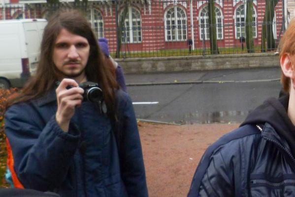 Александр Меркулов — доставщик еды, поклонник Евровидения и ЛГБТ, тяготеет к антифашизму и анархизму