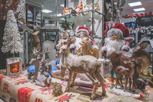 Некоторые витрины похожи на маленькие царства Дедов Морозов и Санта-Клаусов