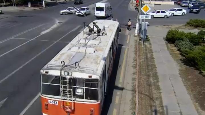 Чудом пешеходов не сбил: в Волгограде ДТП с маршрутным такси сняли камеры наружного наблюдения