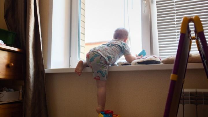 В Угличе ребенок выпал с третьего этажа