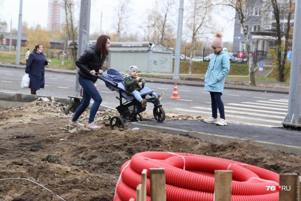 Пока жителям приходится преодолевать препятствия, чтобы добраться до отремонтированной части дороги
