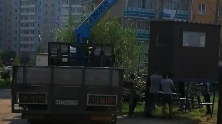 На Взлетке на участке для строительства школы появилась незаконная стоянка