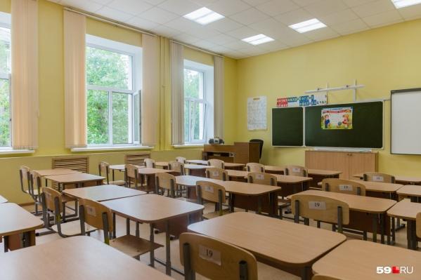 Пустой класс — редкое явление в современной школе. Обычно такое бывает только во время каникул. Во всё остальное время в кабинетах учатся в две смены, поэтому место для организации продленки найти сложно