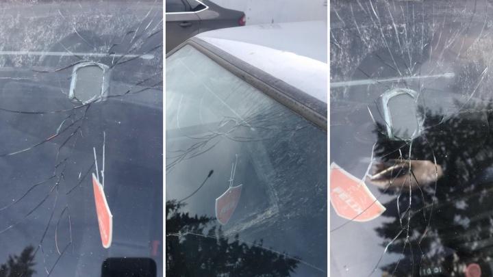 На Ботанике с моста упала глыба льда и разбила лобовое стекло проезжавшей машины