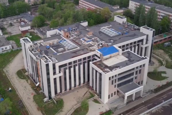 Здание практически готово к сдаче в эксплуатацию, но вряд ли это скоро произойдет