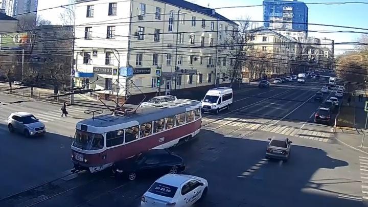 Думал, успеет проскочить: в Волгограде легковушка врезалась в трамвайный вагон