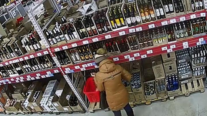 Две подруги в несколько приемов вынесли из дискаунтера водку на 5 тысяч рублей