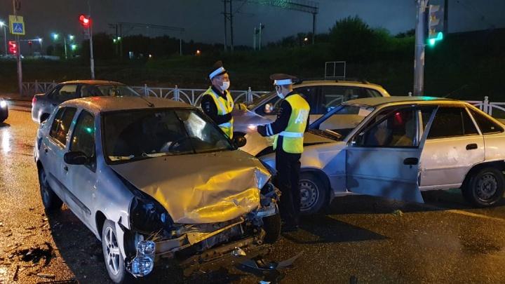 Пострадали 13-летняя девочка и двое взрослых: в Екатеринбурге столкнулись Daewoo и Renault