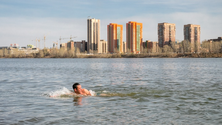 Солнечные ванны, купания, прогулки и никаких пропусков: красноярцы сорвались с изоляции в жаркий четверг