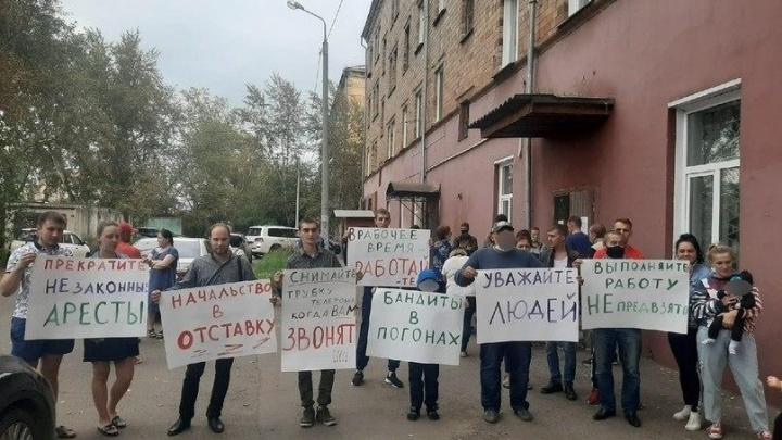 Красноярцы устроили пикет возле службы судебных приставов