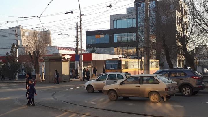 «Улица смертельно опасна для наших детей»: волгоградец попросил новых парковок в центре города