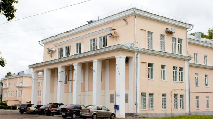 «Началась белая горячка»: в Ярославской области пациент выпал с третьего этажа больницы