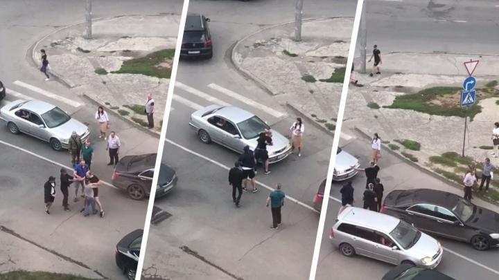 В Новосибирске два водителя устроили драку на дороге — один из них достал пистолет