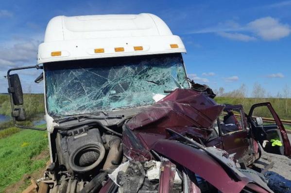 Легковой автомобиль сильно повреждён, а его водитель и пассажир погибли
