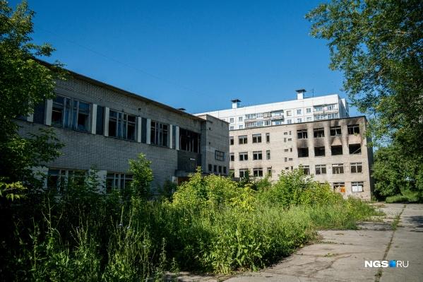 Здание давно стоит заброшенным, в нём выбиты окна и случаются пожары