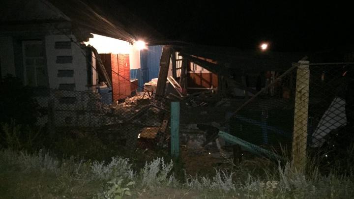 «Женщина оказалась под развалинами»: под Волгоградом пьяный водитель врезался в дом